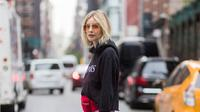 Punya jaket hoodie di rumah, tapi masih bingung cara padu padannya? Coba intip inspirasinya dari tips fashion berikut ini. (Foto: Instagram @thestyleograph)