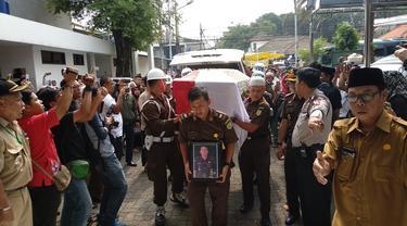 Pemakaman Jaksa Dodi Junaedi Korban Lion Air Jatuh. (Liputan6.com/Nafiysul Qodar)