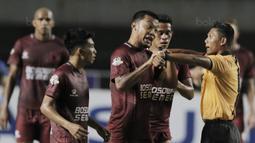 Kapten PSM Makassar, Hamkah Hamzah, memprotes keputusan wasit terkait waktu pertandingan saat laga melawan Persib Bandung dalam lanjutan Liga 1 di Stadion GBLA, Bandung, Rabu, (5/7/2017). Persib menang 2-1 atas PSM. (Bola.com/M Iqbal Ichsan)
