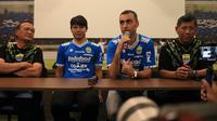 Achmad Jufriyanto dan Arthur Gevorkyan asal Turmeknistan, resmi diperkenalkan Persib Bandung, (Kamis, 18/4/2019). (Bola.com/Erwin Snaz)