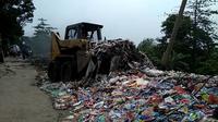 Jejak truk pengangkut limbah medis berbahaya di Cirebon tak ketahuan hingga saat ini. Padahal, truk itu sudah bergerak sejak Jumat lalu. (Liputan6.com/Panji Prayitno)