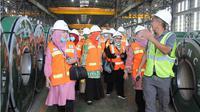Rombongan muslimah NU saat berada di kawasan pabrik pengolahan stainless stell di kawasan PT IMIP. (Liputan6.com/IMIP)
