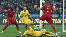 Bek Portugal, Pepe, berusaha menyundul bola saat melawan Ukraina pada laga Kualifikasi Piala Eropa 2020 di Stadion NSK Olimpiyskyi, Kiev, Senin (14/10). Ukraina menang 2-1 atas Portugal. (AFP/Genya Savilov)