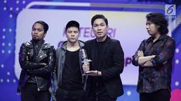 Band Armada memberi sambutan saat meraih penghargaan Group Band Paling Ngetop di ajang SCTV Music Awards 2018 di Studio Emtek, Jakarta, Selasa (27/4). (Liputan6.com/Faizal Fanani)