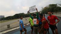 Mengharukan, Aksi 'Peluk Aku' di Bandung Ajak Suporter Berdamai. (Liputan6.com/Huyogo Simbolon)