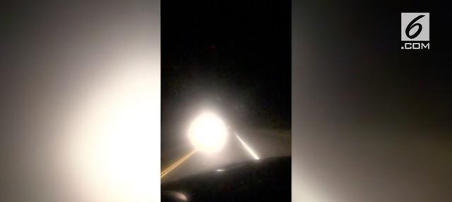 Sebuah formasi cahaya yang aneh terlihat di sebuah lokasi kecelakaan. Video yang diambil sekitar pukul 3 pagi waktu setempat menunjukkan cahaya besar melayang di udara.