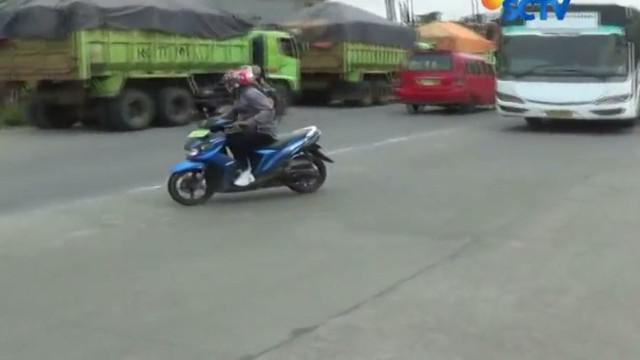 Sejumlah pengendara sepeda motor yang berboncengan nyaris terjatuh dan terserempet minibus saat berusaha menghindari Operasi Zebra.