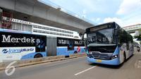 Sebuah bus Transjakarta melintas di Terminal Blok M, Jakarta Selatan, Kamis (12/1). PT Transjakarta tambah 2.000 unit bus, sehingga pada akhir tahun 2017 jumlah bus yang dimiliki bisa mencapai 3.300 unit. (Liputan6.com/Gempur M. Surya)