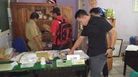 Polisi mengamankan beberapa barang bukti di salah satu ruangan Disdukcapil Kabupaten Lahat (Liputan6.com / ist - Nefri Inge)
