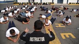 Petugas kepolisian Meksiko melakukan latihan di unit kepolisian di Mexico City (11/12/2019). Di negara ini dimana 75 persen orang dewasa memiliki kelebihan berat badan atau obesitas. (AFP Photo/Rodrigo Arangua)