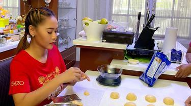 Selama melakukan karantina mandiri akibat virus corona Covid-19, Inul menghabiskan waktunya di rumah saja. Salah satu aktivitasnya adalah membuat kue. (Liputan6.com/IG/@inul.d).