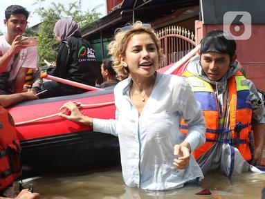 Artis Nikita Mirzani saat meninjau banjir di perumahan Ciledug Indah, Tangerang, Banten, Kamis (2/1/2020). Nikita menaiki perahu karet untuk melihat kondisi banjir di perumahan tersebut. (Liputan6.com/Angga Yuniar)