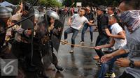 Polda Metro Jaya melakukan simulasi pengamanan pelaksanaan Pilkada Serentak 2015 di Parkir Timur Senayan, Jakarta, Kamis (6/8/2015). Tampak, simulasi pengamanan kerusuhan saat aksi massa pasca pemungutan suara. (Liputan6.com/Helmi Fithriansyah)