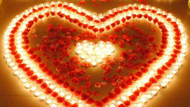 Membuat Suasana Romantis Dengan Lilin Dan Mawar Merah Fimela