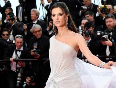 Model Cantik Alessandra Ambrosio Bergaun Transparan di Festival Film Cannes
