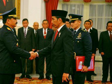 Presiden Joko Widodo bersalaman dengan Marsekal Madya Hadi Tjahjanto usai pelantikan di Istana Negara, Jakarta, Rabu (18/1). Hadi Tjahjanto menjadi Kepala Staf Angkatan Udara (Kasau) menggantikan Agus Supriatna. (Liputan6.com/Angga Yuniar)