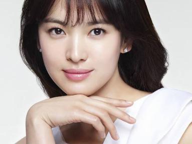 Song Hye Kyo punya kebiasaan unik yaitu memainkan hidung saat dirinya merasa malu. Hal tersebut diakui wanita cantik ini saat dirinya canggung. (Foto: allkpop.com)