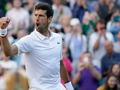 Petenis Serbia, Novak Djokovic merayakan kemenangannya atas  petenis AS, Denis Kudla pada babak kedua Wimbledon di All England Lawn Tennis Club, London, Kamis (4/7/2019) dini hari. Petenis nomor satu dunia itu menang straight set 6-3, 6-2, 6-2 atas Denis Kudla. (AP Photo/Tim Ireland)