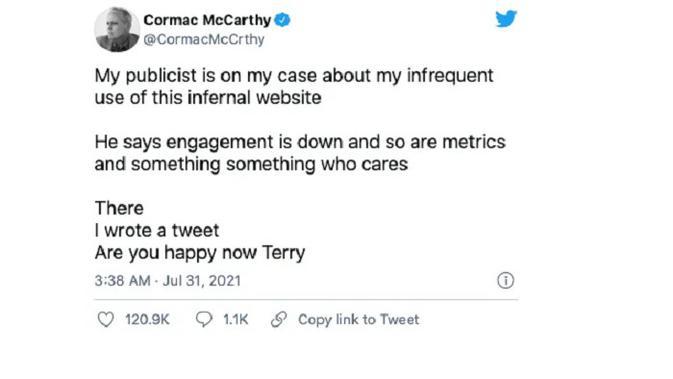 Cuitan dari akun palsu novelis terkemuka Cormac McCarthy yang sempat mendapatkan tanda verifikasi dari Twitter. (Foto: The Verge).