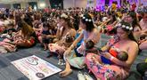 Ribuan ibu menyusui anaknya dalam acara pemberian ASI massal di Manila, Filipina pada Minggu (18/8/2019). Sekitar 2.000 ibu serempak menyusui bayi mereka dalam rangka menyokong upaya menekan angka kematian bayi dan menghilangkan pandangan tabu untuk menyusui di muka umum. (AP/Joeal Calupitan)