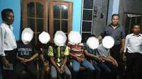 Kelima remaja yang ada di dalam foto itu beserta satu remaja yang diduga mengambil gambar mereka diamankan tim Buser Polres Jepara Polda Jateng. (Liputan6.com/Fajar Eko Nugroho)