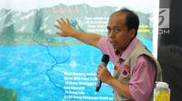 Kepala Pusat Data dan Informasi BNPB Sutopo Purwo Nugroho menjelaskan alur terjadinya banjir yang menerjang Sentani di Jayapura, di kantornya, Jakarta, Minggu (17/3). BNPB mencatat korban meninggal sudah mencapai 58 orang. (Liputan6.com/Angga Yuniar)