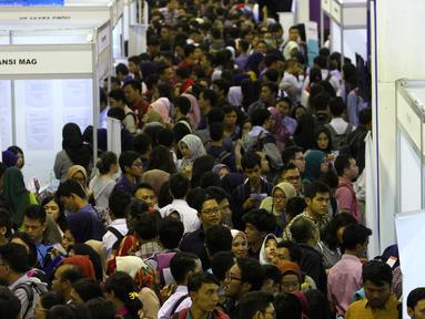 Ribuan orang berdesakan memasukkan lamaran saat bursa kerja di Jakarta, Rabu (24/1). Pemerintah optimis dapat terus menurunkan angka pengangguran dengan berbagai strategi dan program kerja. (Liputan6.com/Angga Yuniar)