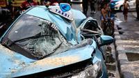 Taksi tertimpa pohon tumbang di Jakarta Pusat (Liputan6.com/ Faizal Fanani)