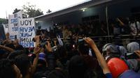 Bobotoh melepas rindu kepada Persib Bandung di Bandara Husein Sastranegara, Kamis (25/10/2018). (Bola.com/