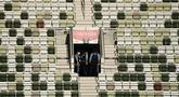 Polisi memeriksa tribun yang kosong sebelum upacara pembukaan Olimpiade Tokyo 2020 di Stadion Olimpiade, Tokyo, Jepang, Jumat (23/72021).  Upacara pembukaan Olimpiade Tokyo 2020 akan digelar pada 23 Juli 2021 malam. (Jewel SAMAD/AFP)