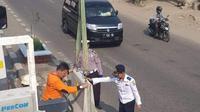 Petugas menutup U-turn di Karawang. (Liputan6.com/Abramena)