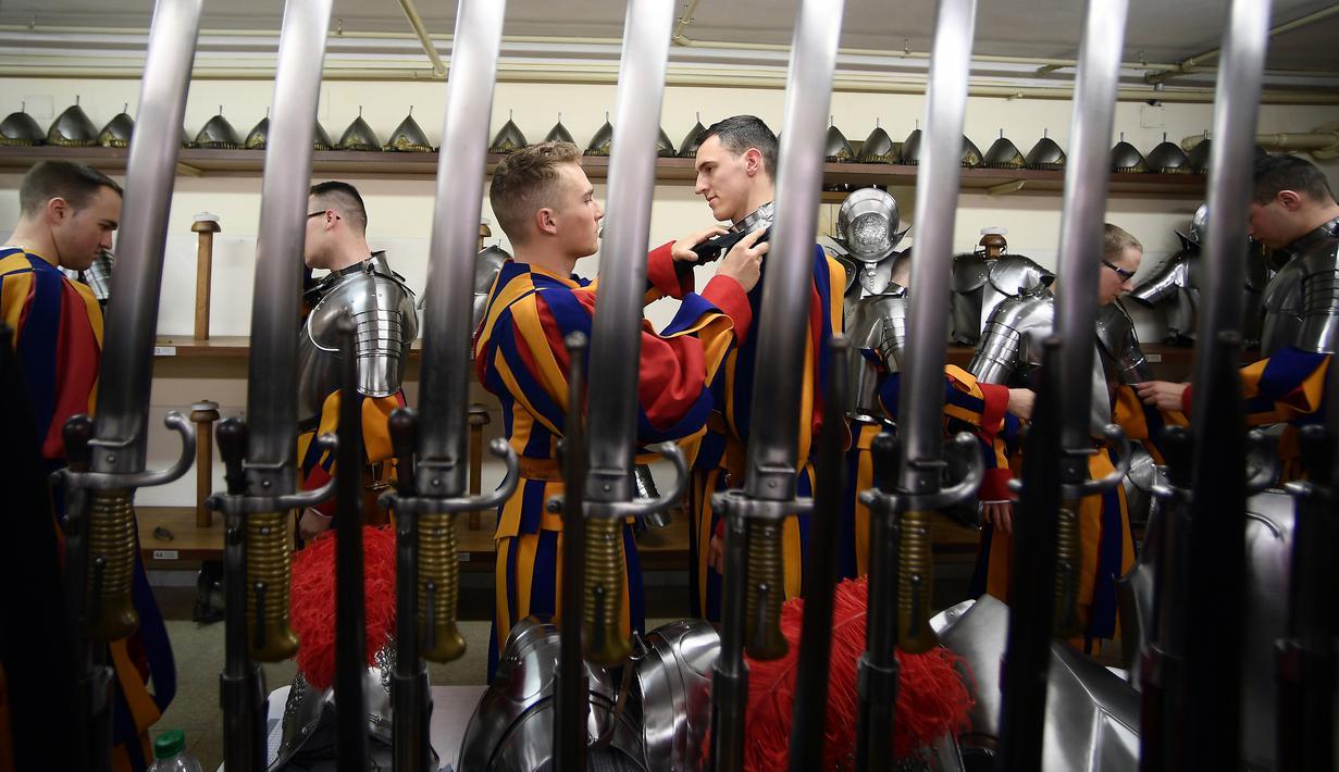 Pasukan Pengawal Swiss berdandan sebelum menghadiri upacara tahunan di Kota Vatikan (6/5). Swiss Guard adalah pasukan yang berasal dari Swiss namun mengabdikan diri kepada negara lain. (AFP/Filippo Monteforte)