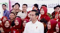 Presiden Jokowi menyerahkan PKH dan KIP di Lapangan Syech Yusuf, Gowa, Sulawesi Selatan, Kamis (15/2/2018). (Liputan6.com/Fauzan)
