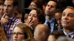 Ekspresi seorang pendukung dari Capres Partai Demokrat Hillary Clinton saat menyaksikan hasil perhitungan suara Pilpres AS 2016 di Manhattan, New York, AS, (8/11). (REUTERS/Lucas Jackson)