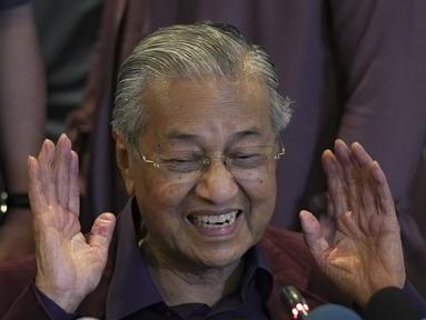 Perdana Menteri Malaysia Mahathir Mohamad memberi isyarat saat berbicara dalam konferensi pers di Putrajaya, Malaysia, Sabtu (22/2/2020). Mahathir Mohamad telah mengirimkan surat pengunduran diri sebagai Perdana Menteri ke Raja Malaysia. (AP Photo/Vincent Thian)