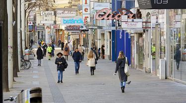 Pemandangan jalan saat peningkatan langkah-langkah karantina wilayah (lockdown) guna membatasi penyebaran COVID-19 di Wina, Austria, 17 November 2020. Austria memerintahkan lockdown secara nasional selama tiga pekan. (Xinhua/Georges Schneider)
