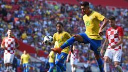 Striker Brasil, Roberto Firmino, mengontrol bola saat melawan Kroasia pada laga persahabatan di Stadion Anfield, Liverpool, Minggu (3/6/2018). Brasil menang 2-0 atas Kroasia. (AFP/Oli Scarff)