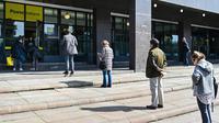 Orang-orang menjaga jarak saat antre memasuki kantor pos di Roma pada 10 Maret 2020. Wabah Virus Corona memaksa Italia memberlakukan Lock Down, atau karantina yang mencakup tidak adanya pertemuan di ruang publik, hingga anjuran agar menjaga jarak, bahkan ketika beribadah. (Alberto PIZZOLI/AFP)