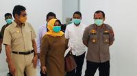 Gubernur Sumbar bersama Gugus Tugas Penanganan Virus Corona di SSumbar meninjau gedung tempat isolasi. (Liputan6.com/ Novia Harlina)