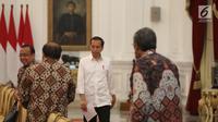 Presiden Joko Widodo (Jokowi) menerima kedatangan Badan Pemeriksan Keuangan (BPK) di Istana Merdeka, Jakarta, Kamis (19/9/2019). BPK menyerahkan Laporan Hasil Pemeriksaan (LHP) dan Ikhtisar Hasil Pemeriksaan Semester (IHPS) periode semester I/2019 kepada Presiden Jokowi. (Liputan6.com/Angga Yuniar)