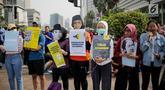 Massa yang tergabung dalam Aliansi Masyarakat Sipil untuk Keadilan dan Demokrasi menggelar aksi saat car free day (CFD) di kawasan Bundaran HI, Jakarta, Minggu (15/9/2019). Massa mengatakan RUU KUHP berpotensi digunakan untuk mengkriminalisasi korban kekerasan seksual. (Liputan6.com/Faizal Fanani)
