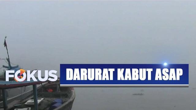 Aktivitas nelayan terganggu akibat kabut asap kembali menutupi Sungai Musi, Palembang, Sumatra Selatan.