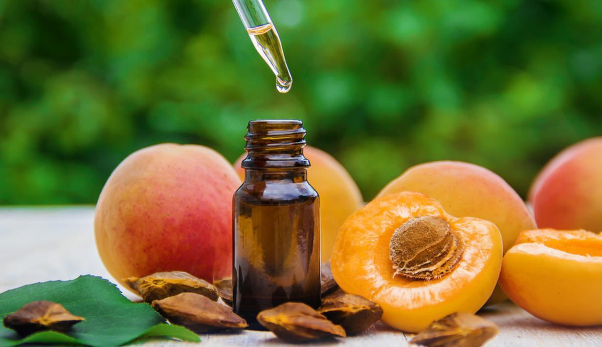 Apricot Kernel Oil aman untuk semua jenis kulit, karena sangat kaya akan vitamin A yang menutrisi dan menghidrasi kulit. Oil ini juga membantu menghaluskan dan menenangkan iritasi bagi kulit sensitif. Foto: Shutterstock.