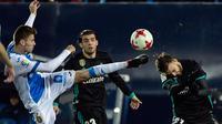Aksi pemain Real Madridm Borja Mayoral (kanan) menahan sepakan pemain Leganes, Gerard Gumbau (kiri) pada laga Copa Del Rey di Estadio Municipal Butarque, Leganes, (18/1/2018). Real Madrid menang 1-0. (AFP/Oscar Del Pozo)
