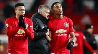Para pemain Manchester United tampak kecewa usai gagal mengalahkan Wolverhampton Wanderers pada laga Premier League di Stadion Old Trafford, Sabtu (1/2/2020). Kedua tim bermain imbang tanpa gol. (AP/Martin Rickett)