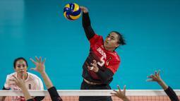 Pemain Voli Indonesia, Aprilia Santini Manganang, saat melawan Thailand pada laga Asian Games 2018 di Volley Indoor, GBK, Jakarta, Senin (27/8/2018). Indonesia kalah 1-3 dari Thailand. (Bola.com/Vitalis Yogi Trisna)