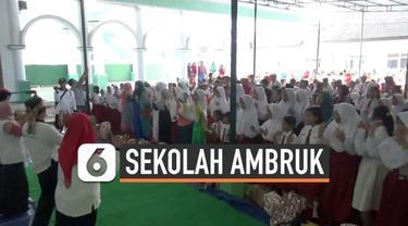 Ratusan siswa SDN Gentong Pasuuan belajar di Madrasah Diniyah Islamiyah yang berjarak beberapa meter dari sekolah. Hari ini siswa mulai masuk sekolah dan mengikuti trauma healing pasca ambruknya sekolah yang meneaskan guru dan seorang murid.