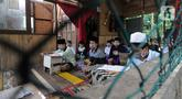 Santri belajar kitab kuning di bangunan nonpermanen Pesantren Ismun Karim, Citaringgul, Babakan Madang, Bogor, Jawa Barat, Senin (8/3/2021). Pesantren asuhan Ustaz Yusuf Sudjana yang berdiri tiga tahun lalu. (merdeka.com/Arie Basuki)