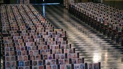 Foto Korban Covid-19 di Katedral Peru: Jemaat duduk di antara potret korban meninggal akibat virus corona di Katedral, di Lima,13 Juni 2020. Misa Minggu di Katedral Lima dihadiri lebih dari 4.000 potret mereka yang telah meninggal dalam pandemi Covid-19 di Peru. (AP/Rodrigo Abd)