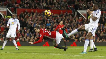 Gol cantik pemain Manchester United, Henrikh Mkhitaryan mengantar timnya unggul 3-1 atas Sunderland pada laga Boxing Day di Old Trafford, (26/12/2016).  (Reuters/Phil Noble)